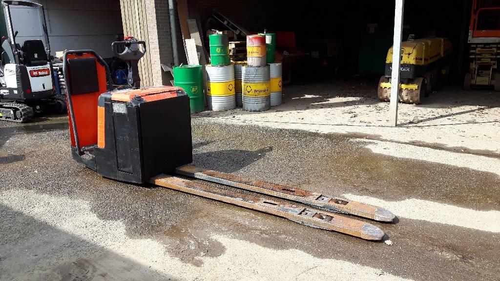 BT LPE 240 / S, Pallettruck met meerij platform, Laden en lossen