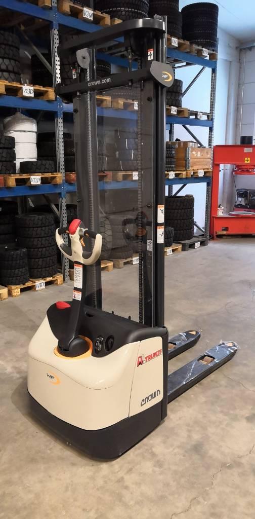 Crown WF 3000-1.0TL, Käyden ajettavat pinoamistrukit, Materiaalinkäsittely