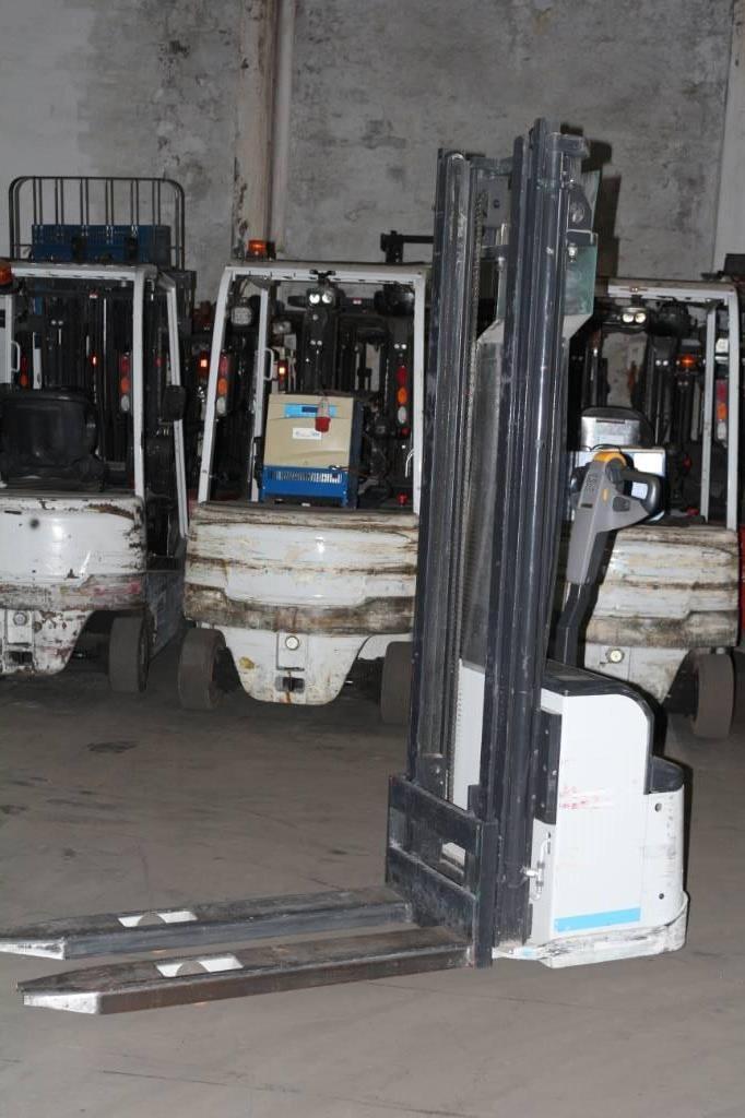Nissan PS125, Apiladores conductor acompañante, Almacenaje