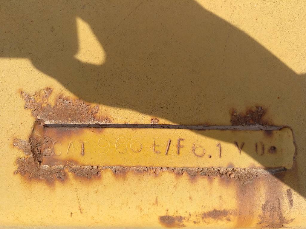Caterpillar 966 F, Cucharones, Construcción
