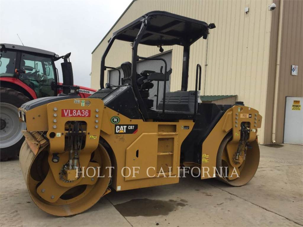 Caterpillar CB7, Asfaltadoras, Construcción