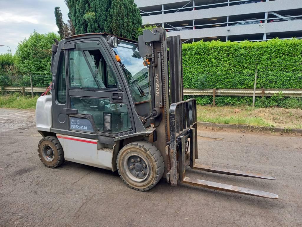 Nissan DX32, Diesel trucks, Material Handling