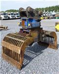 Arden Equipment 1502, Grapples