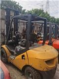 Komatsu 3 tons Forklift good condition, 2015, Reach trak