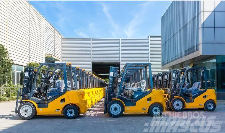 UN Forklift FD25T 2WD Rough Terrain Forklift