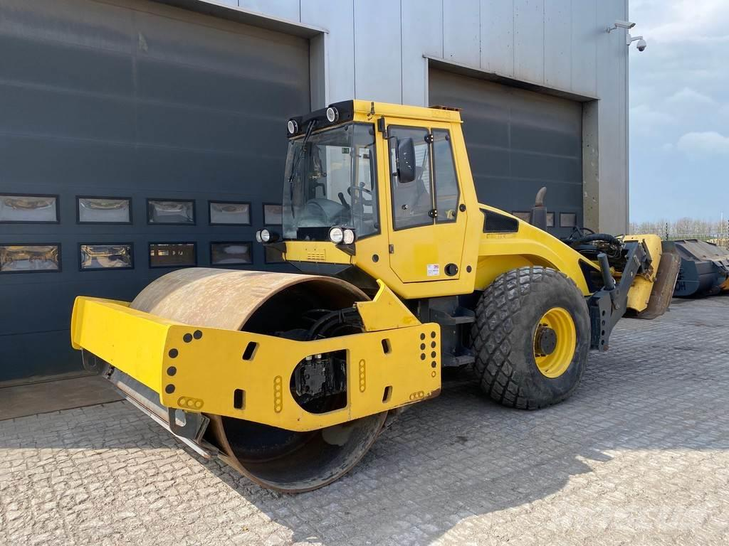 Bomag BW213DH-4 with extra vibrating plates