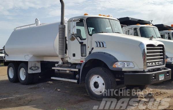 Mack water truck GU813E