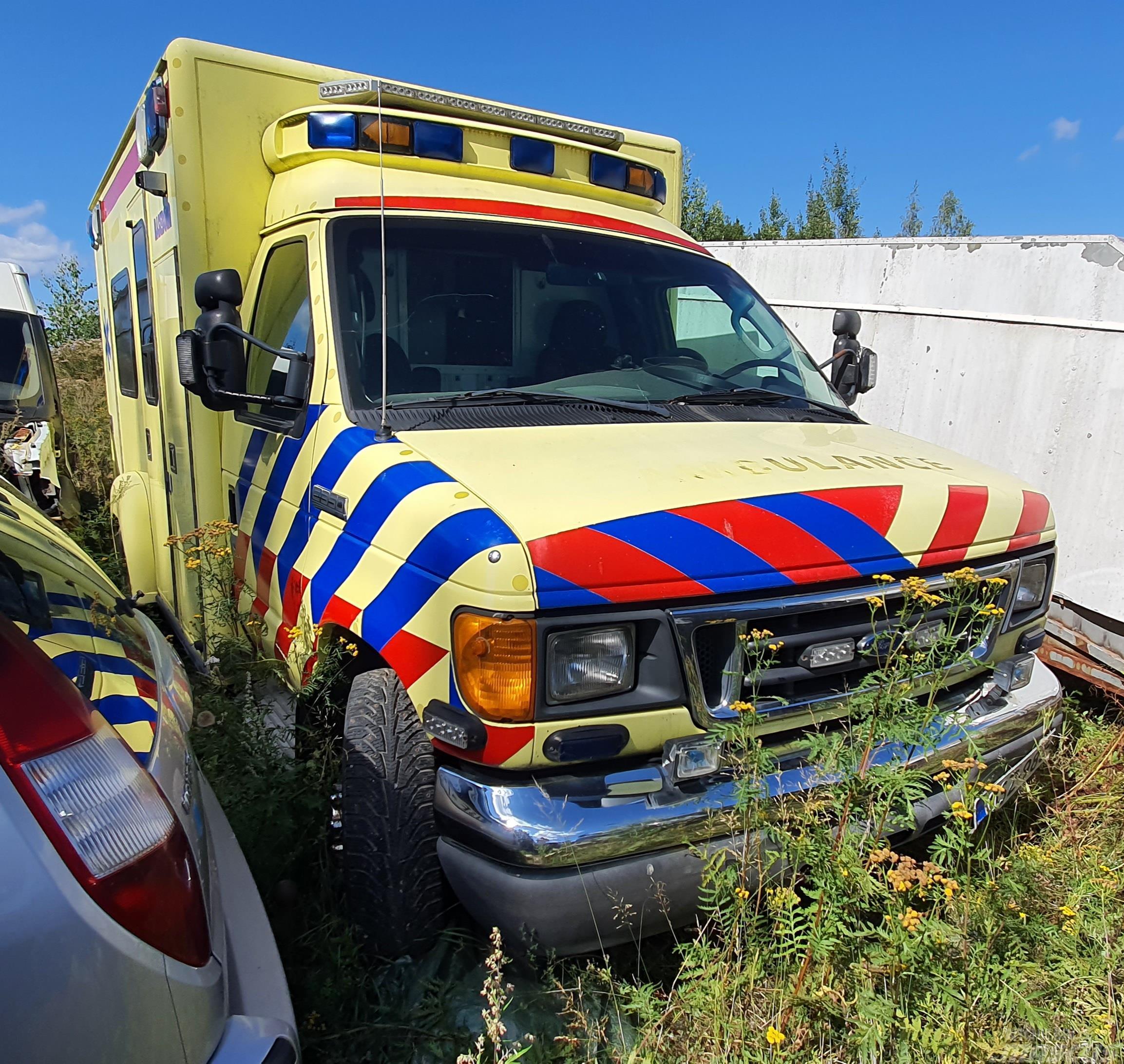 Ford E 350 ambulanssi