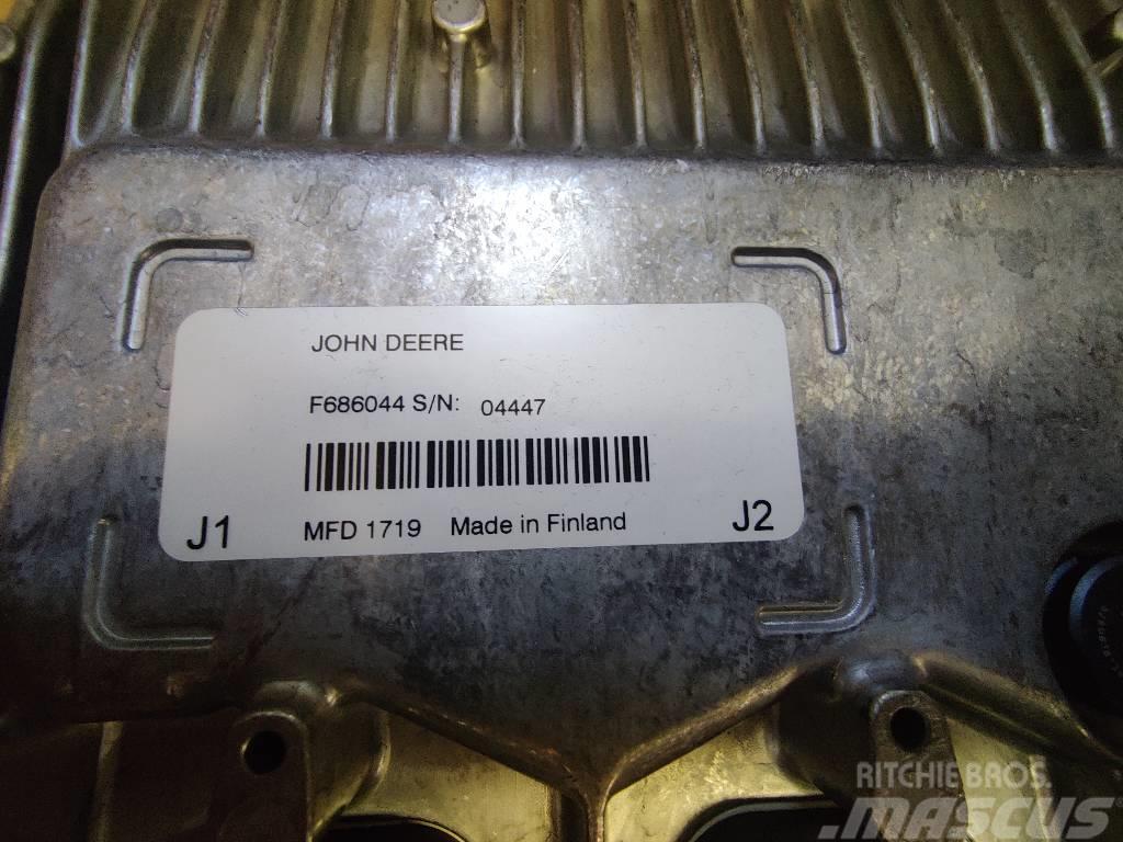 John Deere F686044