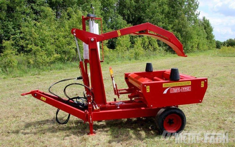 Metal-Fach Z237 self loading bale wrapper