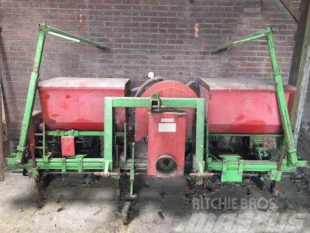 [Other] Fahse maiszaaimachine 4 rijer met kunstmestbakken