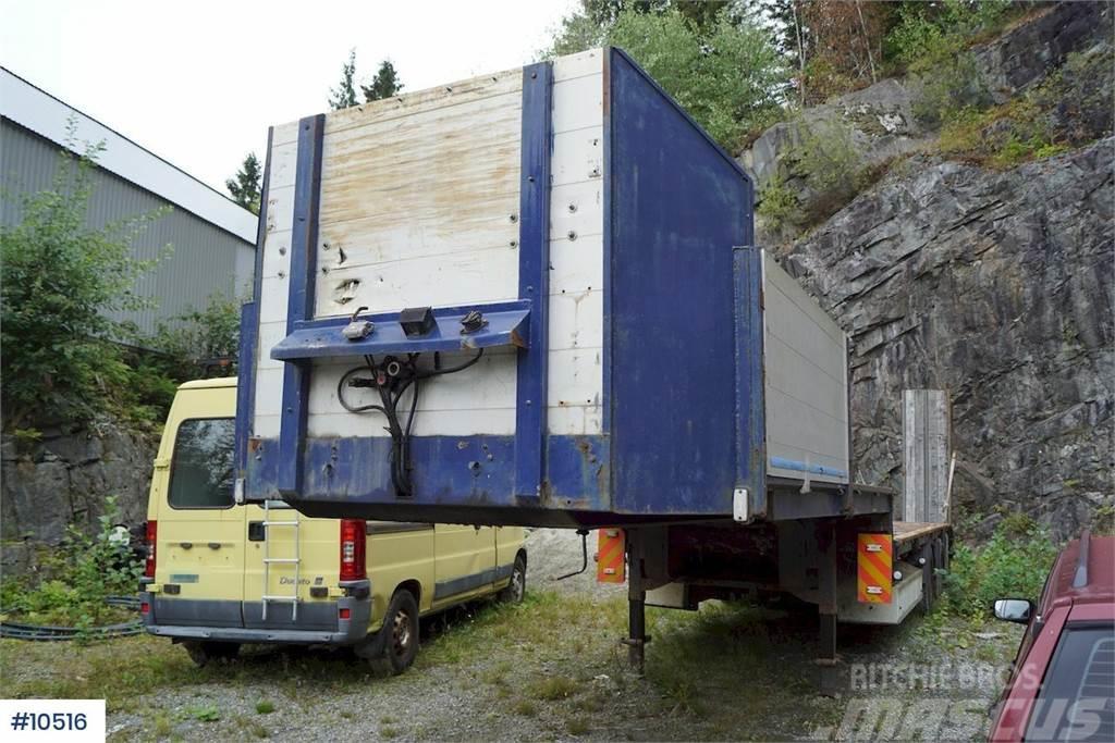 Maur 3 axle machine semi with double hydraulic ramps. R