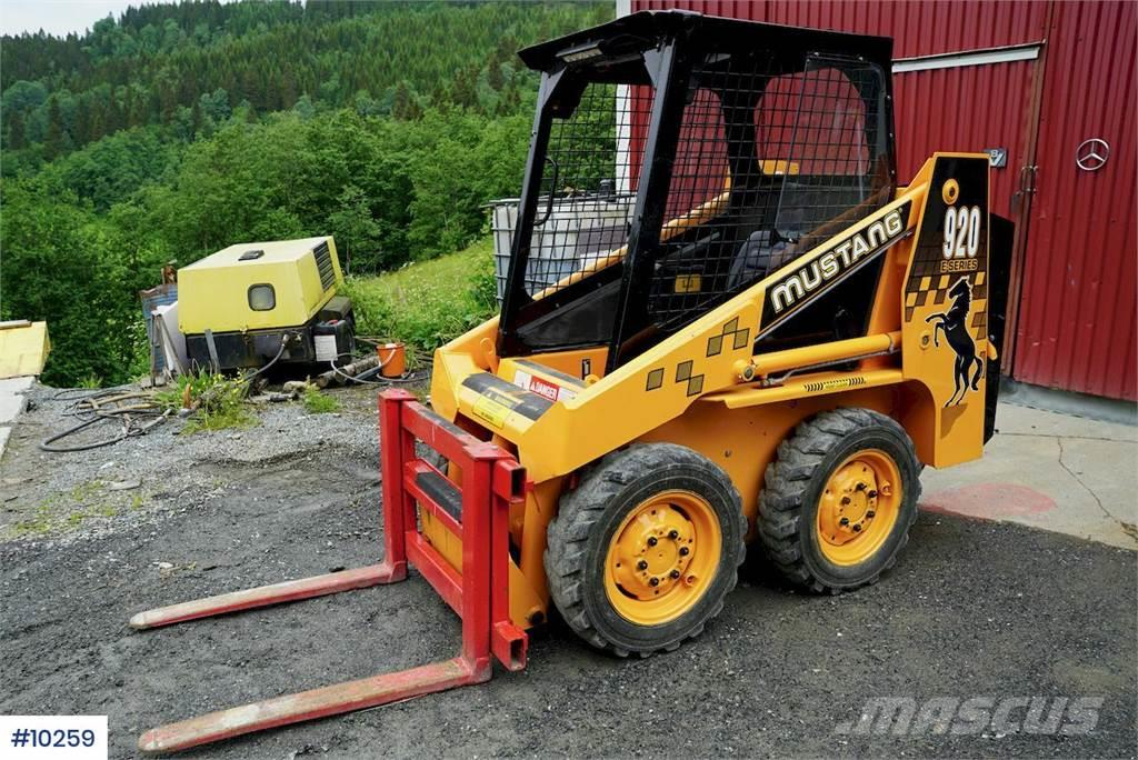 Mustang 920 compact loader with / bucket and forks