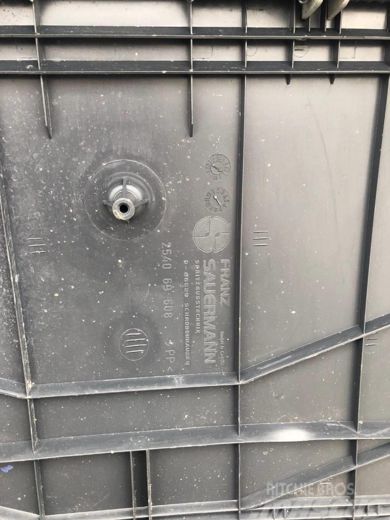 MAN TGS Front Right rear fender 254069608