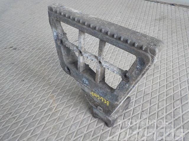 DAF XF105 Step bracket lower left 1641630 XF0237 ME164
