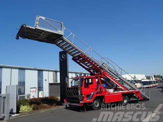 MAN LA-LF 14.284 Feuerwehr Flughafen Rettungstreppe
