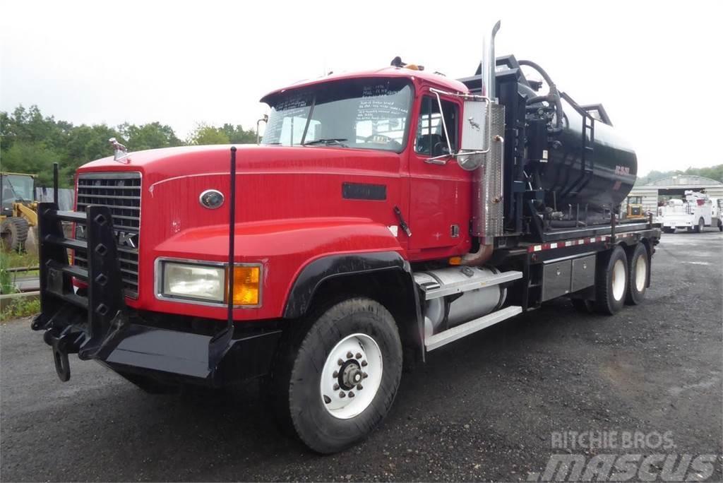 Mack CL713