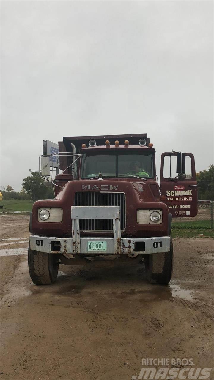 Mack DM686S