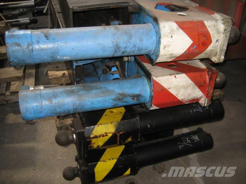 Liebherr LTM 1035-3 outrigger cylinders